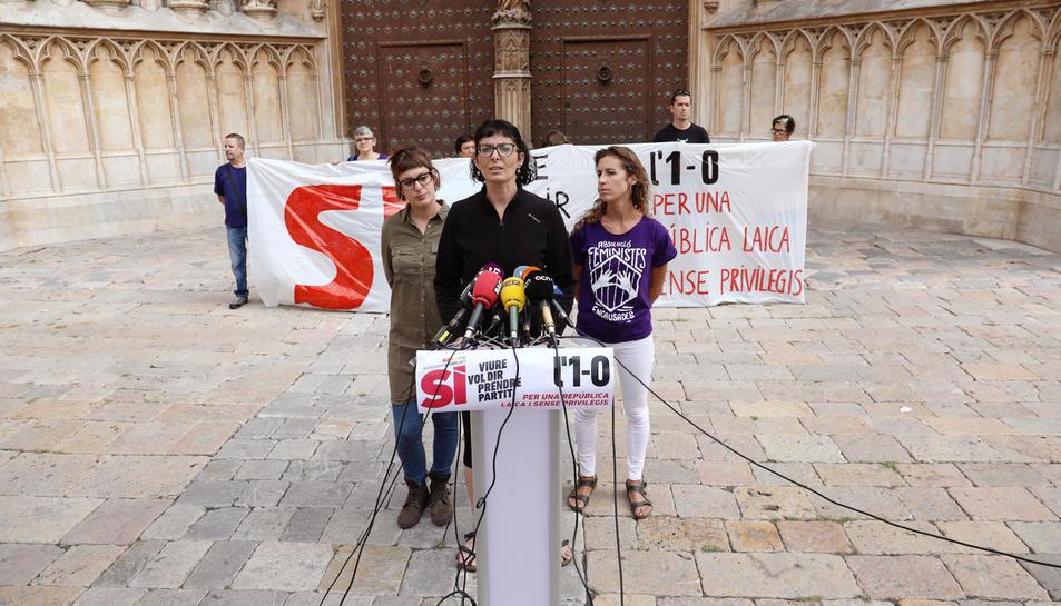 Marta Llorens, al centre, amb Mireia Vehí a l'esquerra i Laia Estrada a la dreta.