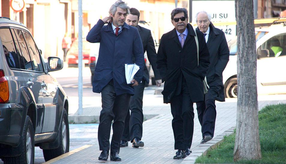 Arribada als jutjats de Vinaròs de l'ex vicepresident del consell d'administració d'Escal UGS, Mohamad Jaffar Khan, i l'ex conseller Harold Philip Gordon, directius de Dundee Energy amb els seus advocats, el 8 d'abril de 2016.