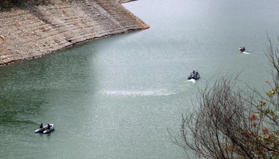 Imatge de la recerca dels dos joves per part dels cossos policials al pantà de Susqueda.