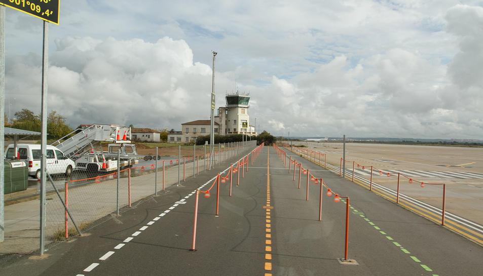 Imatge d'arxiu de la pista d'aterratge de l'Aeroport de Reus, amb la torre de control al fons.