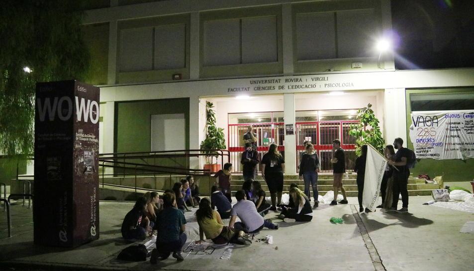Pla obert de diversos estudiants, preparant pancartes, a l'acampada al campus Sescelades de la URV. Imatge del 27 de setembre de 2017