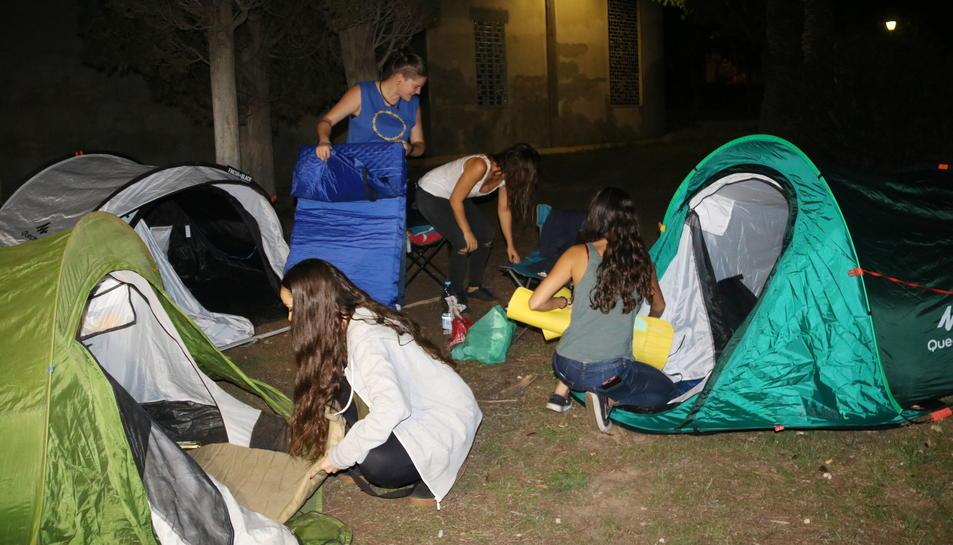 Diverses noies preparen les tendes de campanya per l'acampada al campus Sescelades de la URV. Imatge del 27 de setembre de 2017
