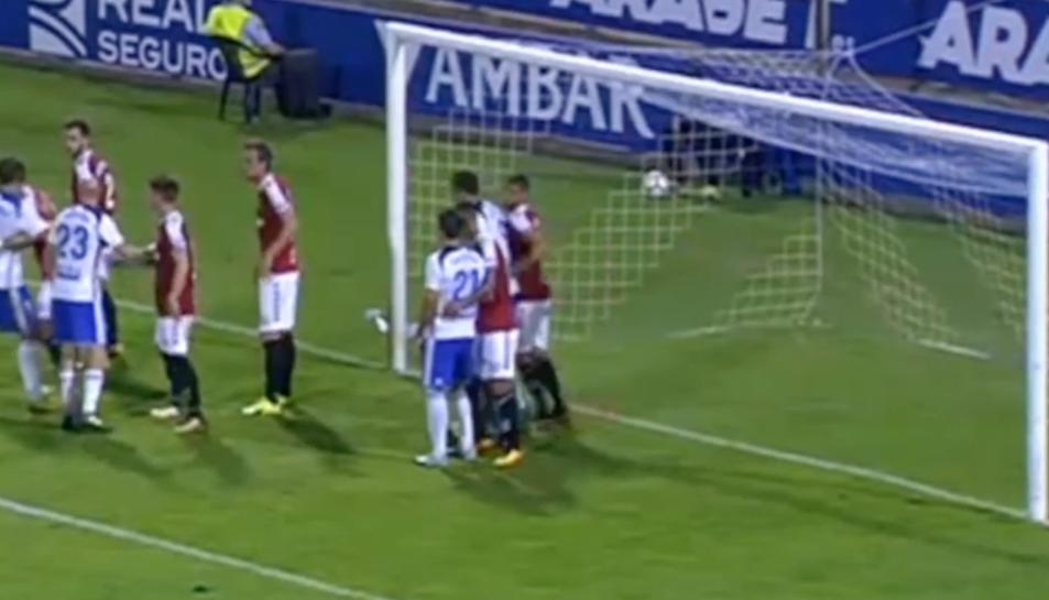 El moment en què Borja Iglesias colpeja a Dimitrievski.
