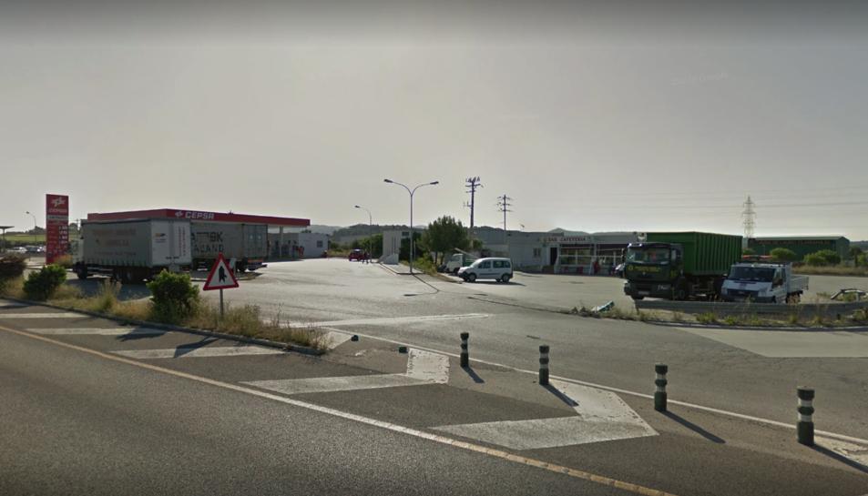 L'home, un camioner que acabava d'estacionar el vehicle, ha estat atropellat quan creuava la via per anar a fer un cafè.