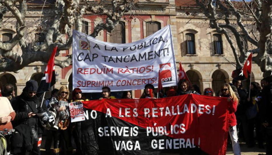 Manifestants concentrats davant del Parlament amb pancartes que rebutgen les retallades i el tancament d'aules en la convocatòria de la federació d'ensenyament de la CGT, el 18 de desembre del 2017.