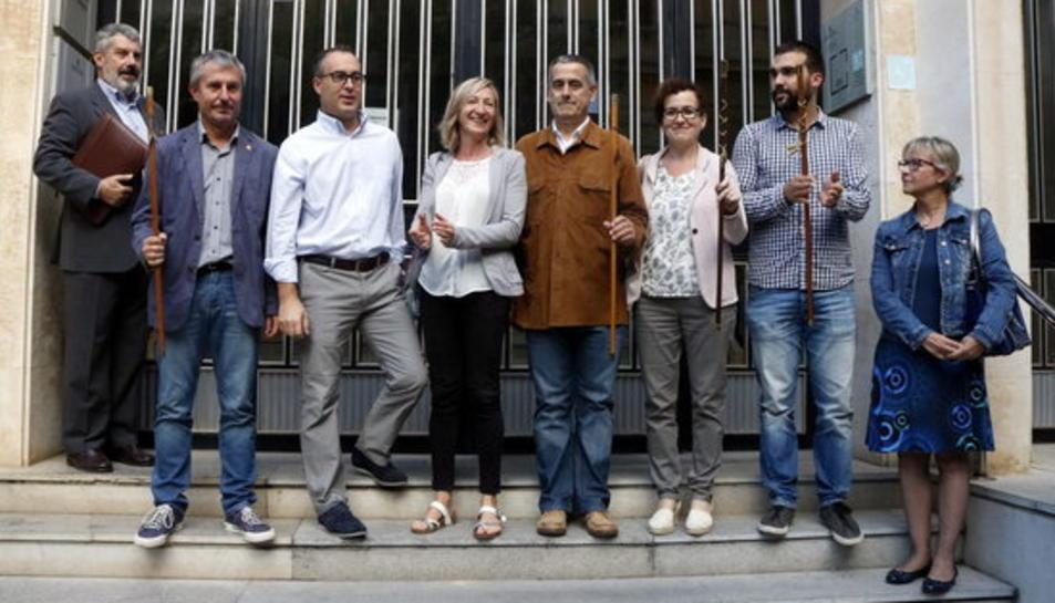 L'alcaldessa de Cunit, Montse Carreras (centre), acompanyada dels alcaldes de Bonastre, Llorenç, Font-rubí, Torrelles i la Bisbal, a les portes de l'Audiència de Tarragona.