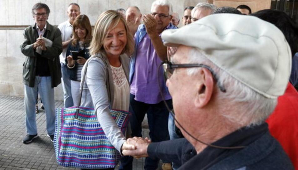 Pla mig de l'alcaldessa de Cunit, Montse Carreras, rebent el suport d'un veí davant l'Audiència de Tarragona.