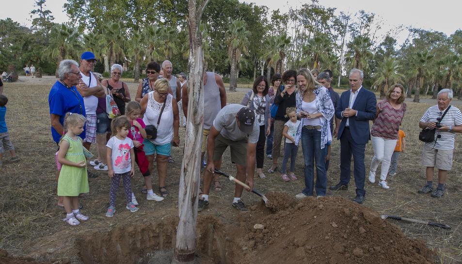 Imatge dels assistens a l'acte durant la plantada del palmell d'indiana.