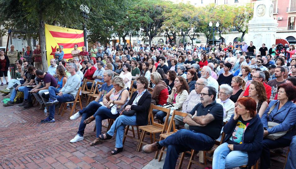 La plaça dels Carros es va omplir per assistir a l'acte de campanya de la CUP.