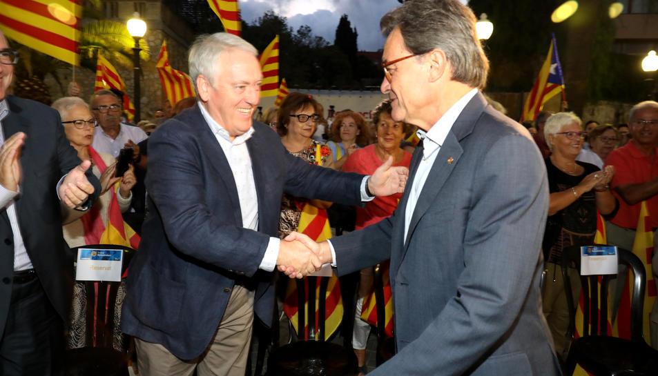 Artur MAs saludant el president de la Diputació de Tarragona, Josep Poblet.