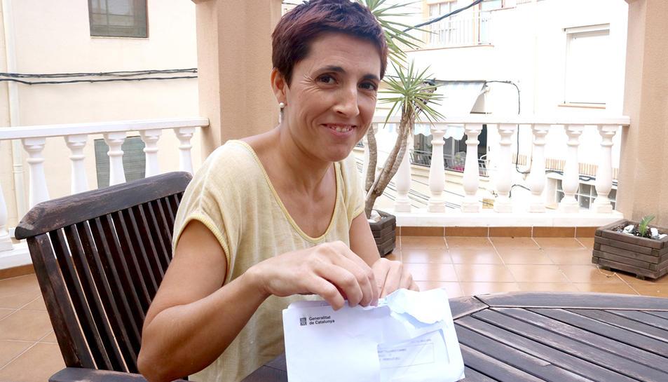 La veïna del Perelló, Vanessa Pallarès, amb la carta que ha rebut per formar part d'una mesa electoral per al referèndum del pròxim diumenge, 1 d'octubre.