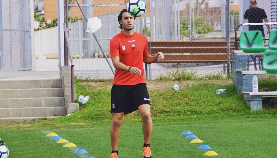 Raphael Guzzo rep una pilota durant l'entrenament d'ahir al camp annex del CF Reus Deportiu.