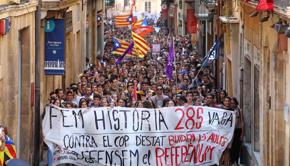 En imatge, el bloc d'estudiants al seu pas pel carrer Major, que es va quedar petit quan la manifestació es dirigia al Rectorat.
