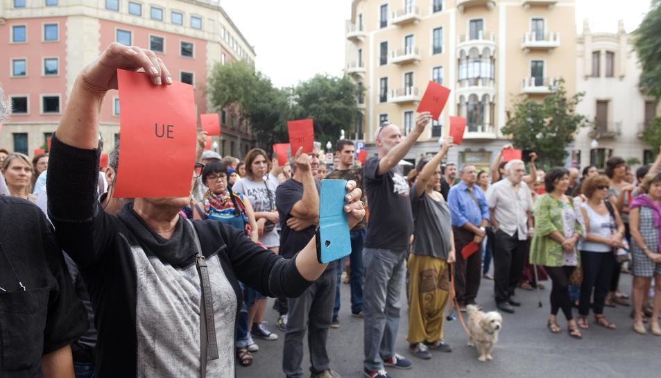 Una de les primeres protestes en favor dels refugiats va treure targeta vermella a la Unió Europea.