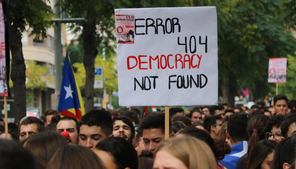 Primer pla d'un cartell a la manifestació estudiantil a Tarragona. Imatge del 28 de setembre de 2017