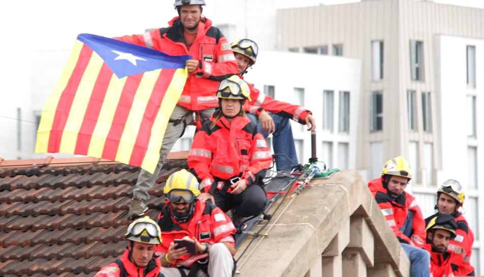 Bombers han desplegat al Museu d'Història a Barcelona una pancarta de grans dimensions a favor de l'1-O sota el lema 'Love Democracy'.