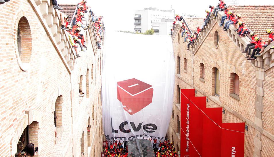 Desenes de bombers de Catalunya han desplegat al Museu d'Història a Barcelona una pancarta de grans dimensions a favor de l'1-O sota el lema 'Love Democracy'.