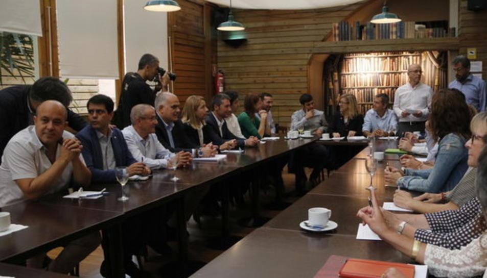 Pla general de la reunió extraordinària de l'executiva de l'AMI, aquest dijous a Barcelona. Imatge del 28 de setembre de 2017.