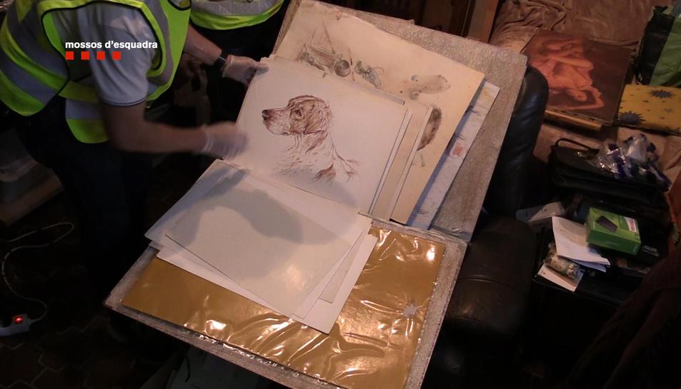 La policia intervé les obres d'art robades pels detinguts.