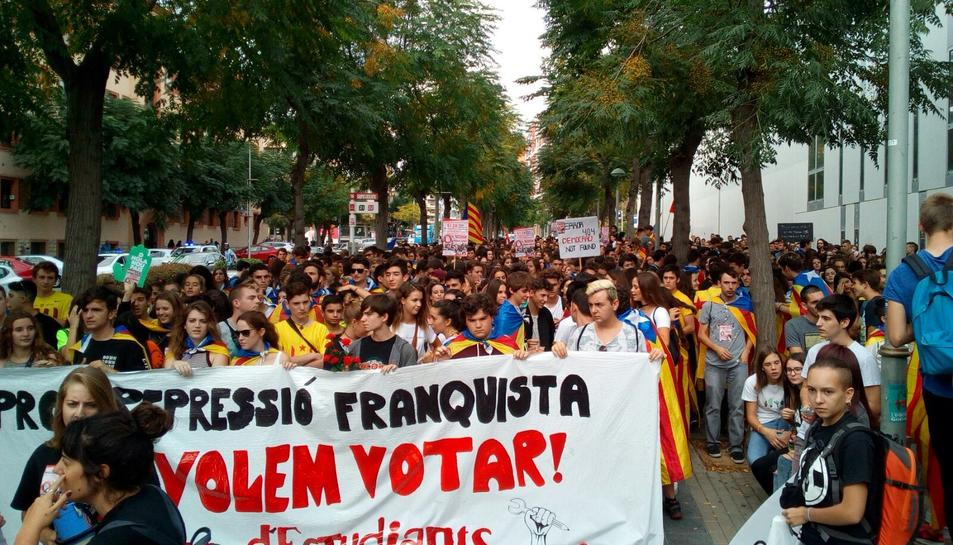 Els estudiants s'han manifestat amb pancartes a favor del referèndum.
