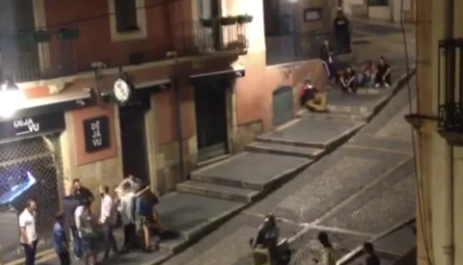 Captura del vídeo en què es mostra com un jove recorre sobre un contenidor la Baixada Misericòrdia.