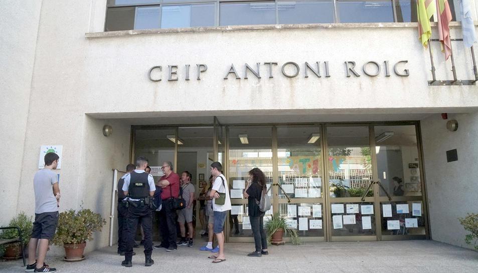 La Policia Local parlant amb els organitzadors de les activitats a l'escola Antoni Roig de Torredembarra