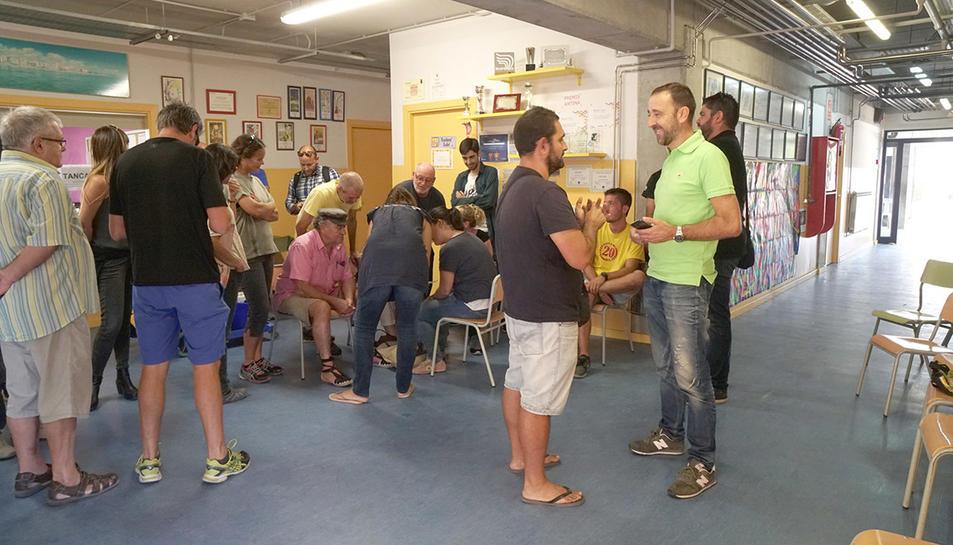 Persones organitzant-se a l'escola L'Antina de Torredembarra