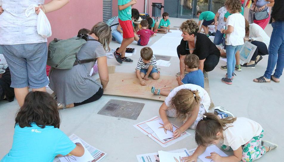 Nens fent tallers de dibuix al CEIP Enxaneta de Valls, aquest 29 de setembre de 2017.
