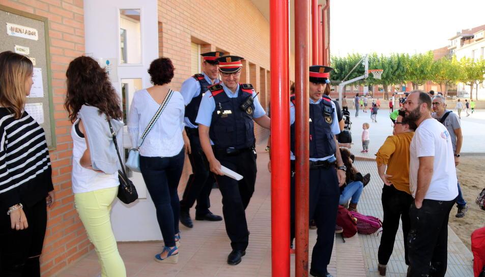 Agents dels Mossos d'Esquadra abandonant l'escola de Tremp després de comprovar les activitats que s'hi feien.