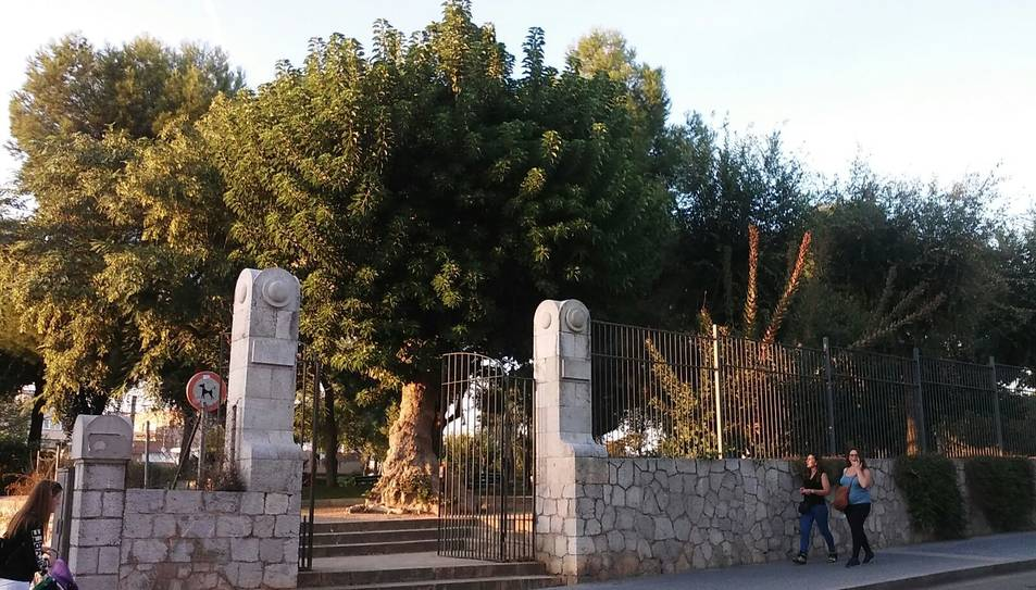 Imatge de l'entrada vallada del parc.