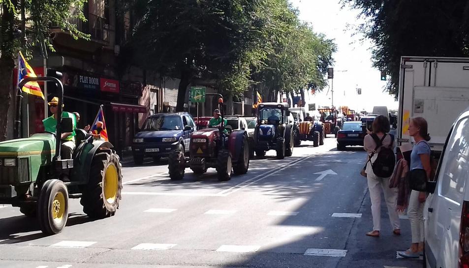 Els tractors circulant durant la marxa per la Rambla Vella de Tarragona.