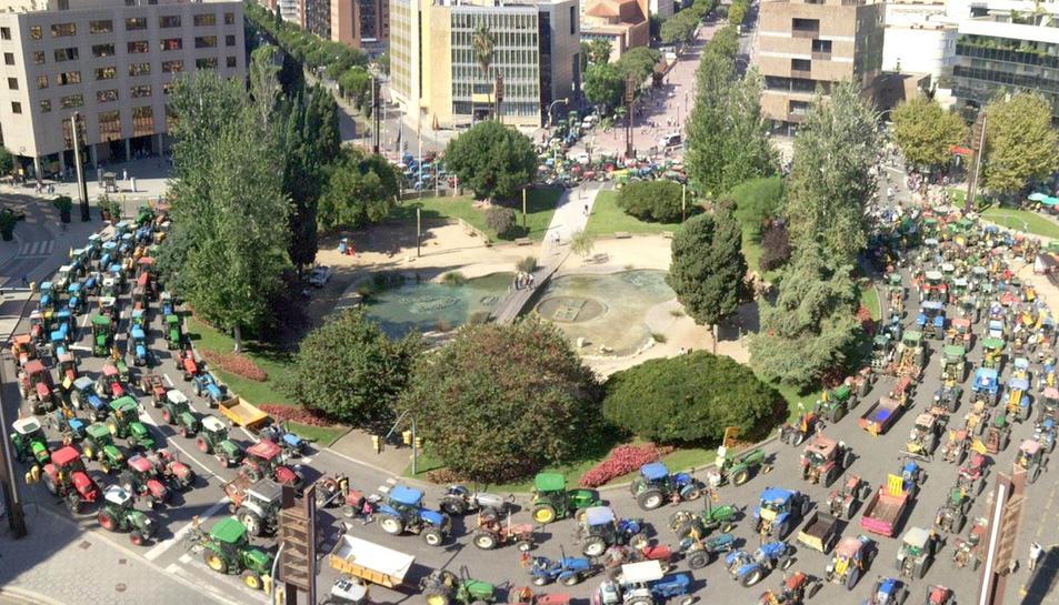 Els tractors omplint completament la plaça Imperial Tàrraco.