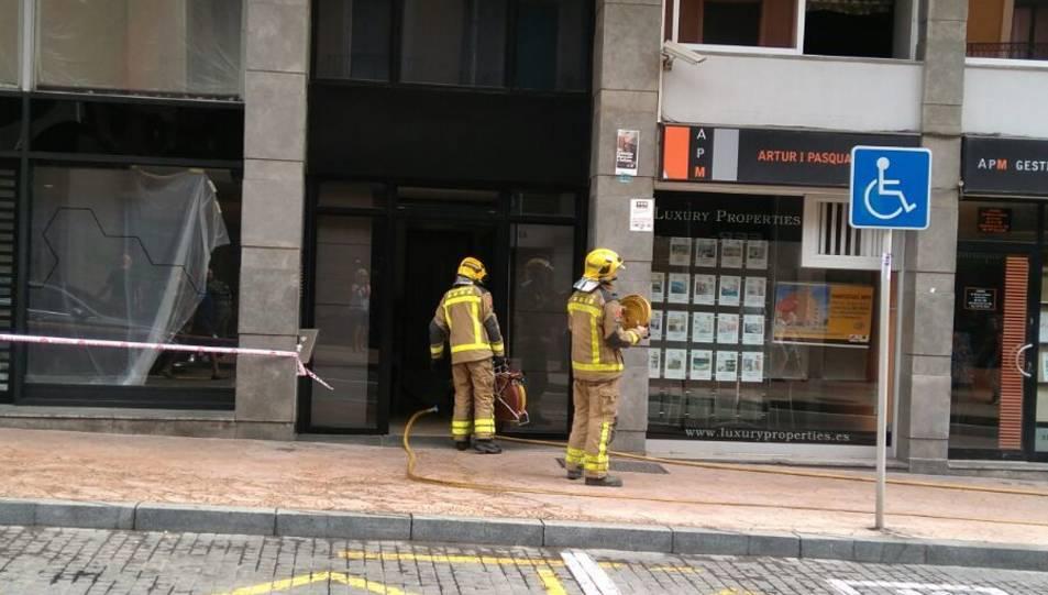Els Bombers han treballat en el pis del costat de l'hotel per comprovar si hi havia afectacions.