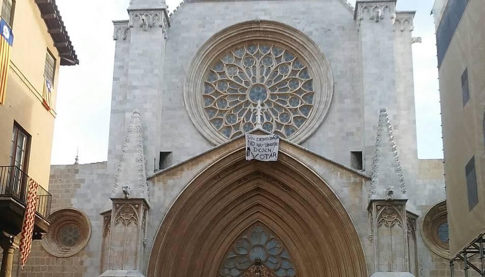 La pancarta és ben visible des del Pla de la Seu.