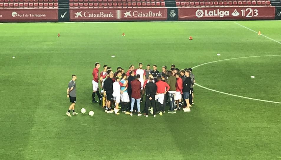 Reunió en el centre del camp entre els jugadors del Nàstic i el personal del club en el moment de la suspensió.