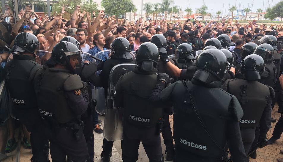 Pla general de desenes de policies espanyols a les portes del pavelló firal de la Ràpita impedint el pas dels ciutadans que esperaven per votar. Imatge de l'1 d'octubre de 2017 (horitzontal)