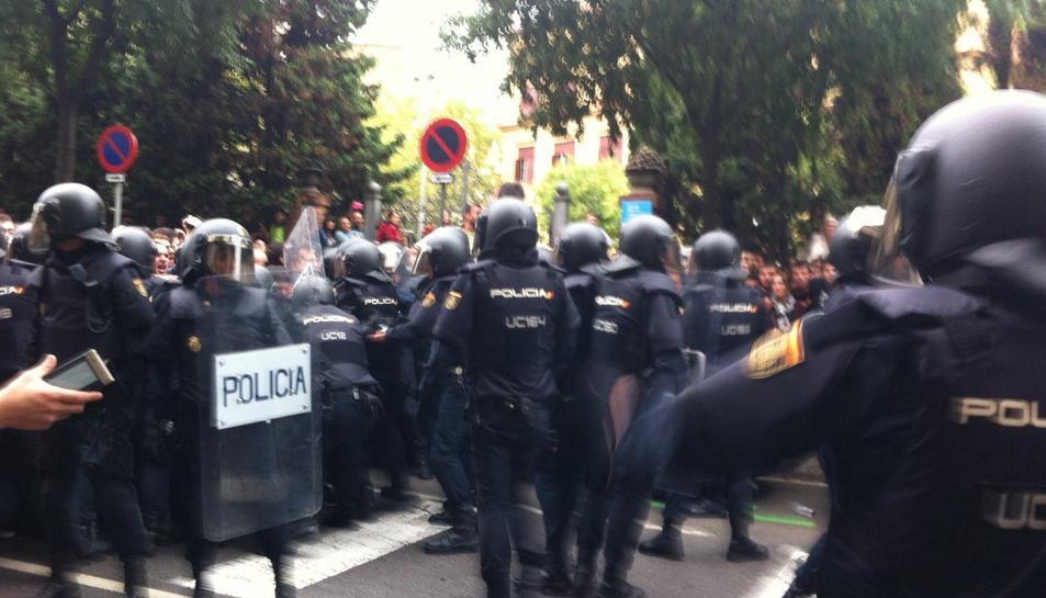 La Policia Nacional actuant davant l'institut Ramon Llull de Barcelona.