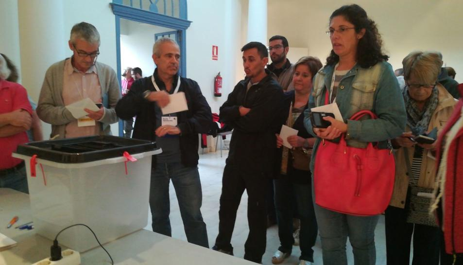 Gent votant a la Biblioteca Popular de Valls.
