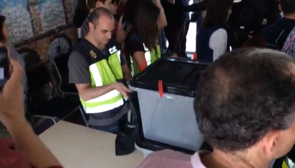Agents de la Policia s'emporten les urnes a Sant Salvador.
