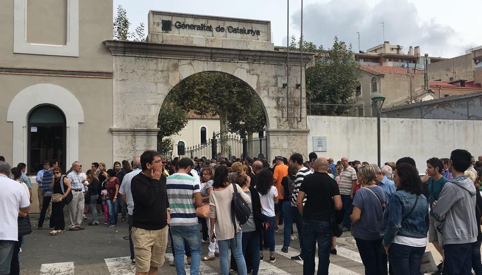 Imatges de cues de gent per votar a l'Escola Oficial d'Idiomes de Tarragona.