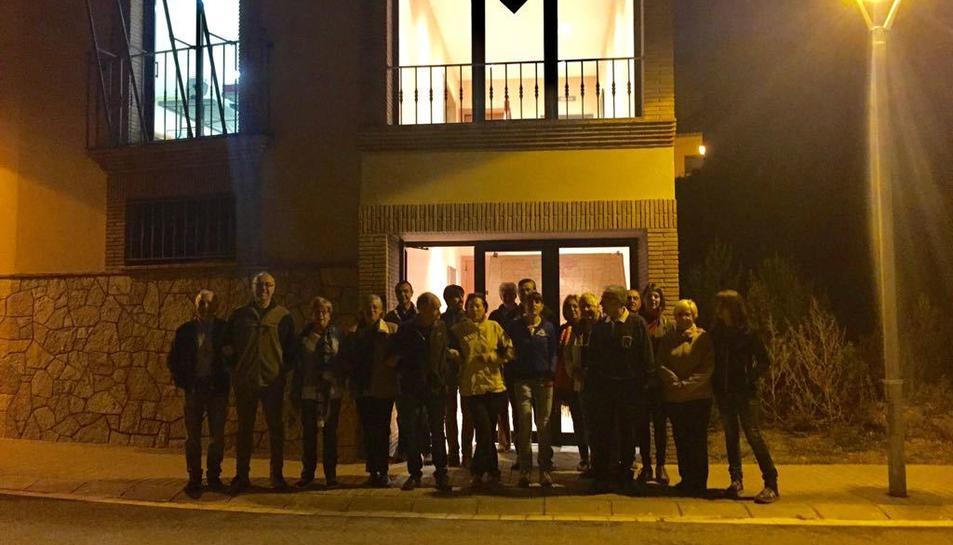 Veïns de la Febró organitzats davant l'Ajuntament, que fa de col·legi electoral.