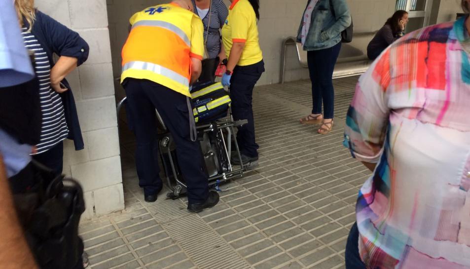 Imatge de serveis mèdics atenent la persona que ha resultat ferida en un col·legi electoral de Torreforta.