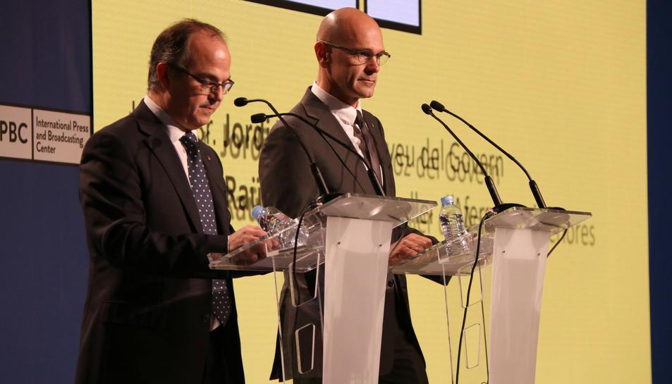 Els consellers Raül Romeva i Jordi Turull en roda de premsa al Centre Internacional de Premsa, l'1 d'octubre de 2017.