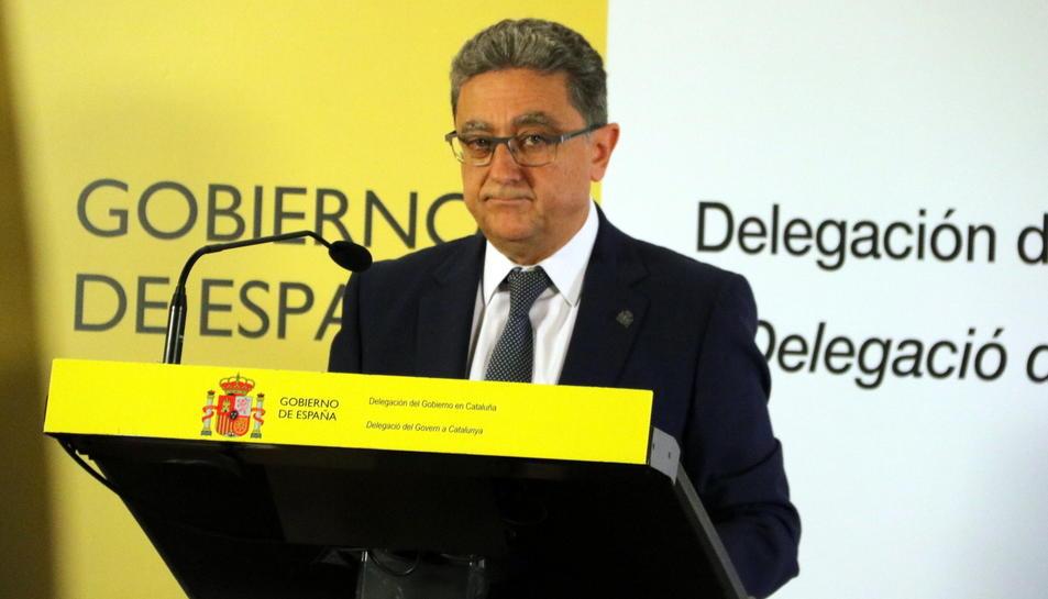 El delegat del govern espanyol a Catalunya, Enric Millo, durant la roda de premsa que ha ofert a les nou del matí d'aquest 1 d'Octubre, a la delegació del govern a Barcelona. Pla mig llarg.