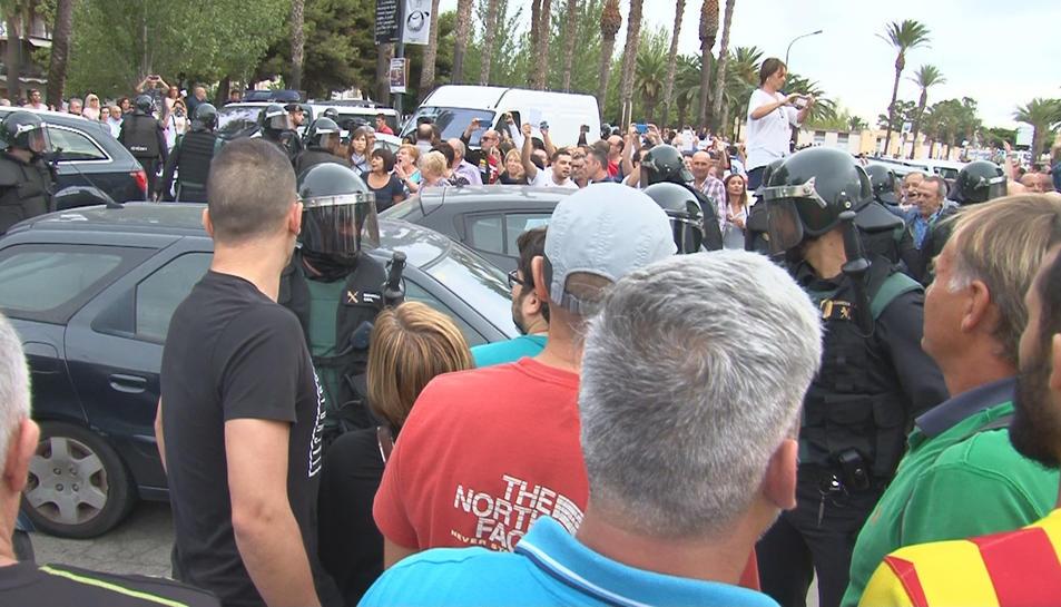 Centenars de persones davant dels antiavalots de la Guàrdia Civil a la Ràpita.