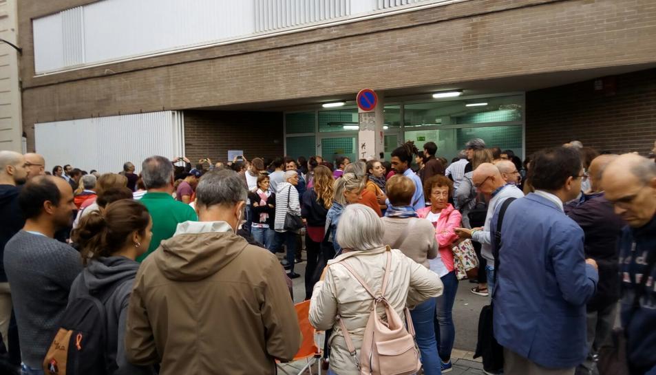 Concentració de persones davant l'Institut Baix Camp de Reus.