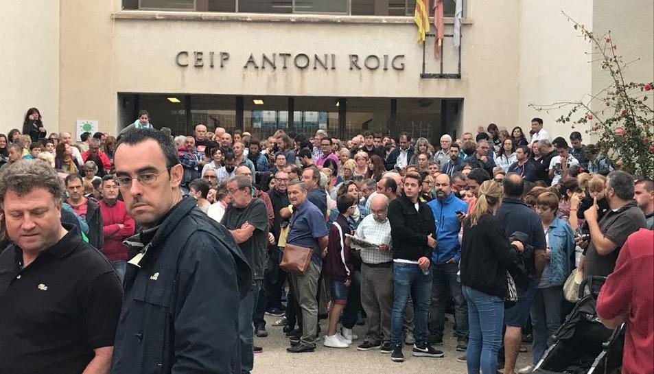 Concentració de persones davant el CEIP Antoni Roig de Torredembarra.
