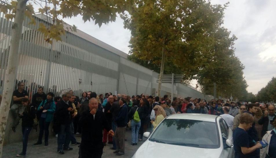Concentració de persones davant l'Escola Tarragona.