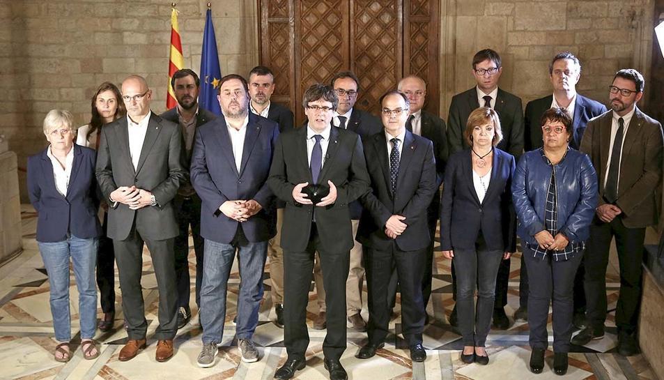 El president Puigdemont, acompanyat pel govern català al complet.