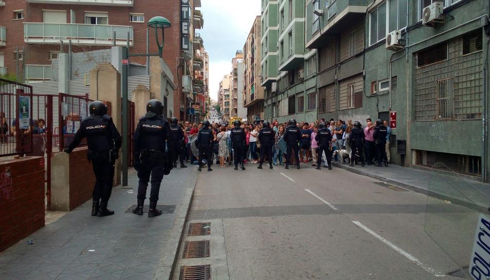 La Policia, a l'IES Tarragona.